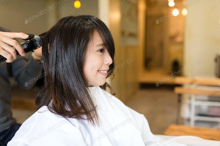 Frau mit Haarschnitt im Salon
