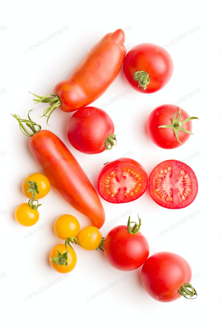 Leckere verschiedene Tomaten auf weißem Hintergrund isoliert.