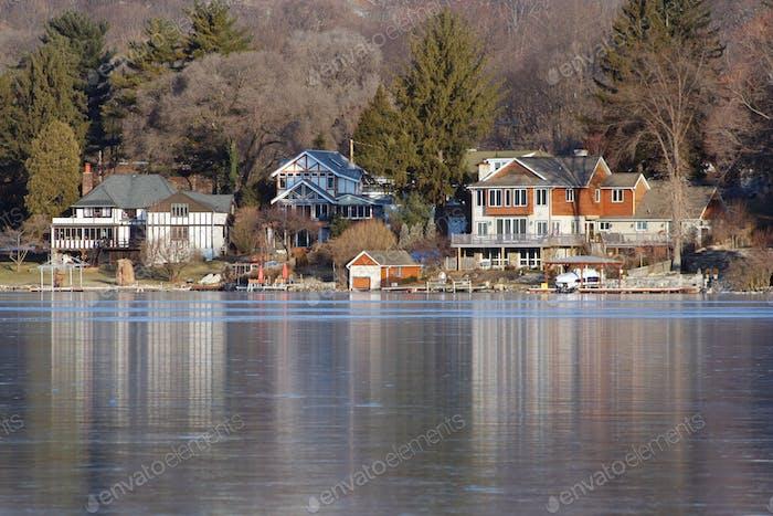 Häuser auf einem gefrorenen See