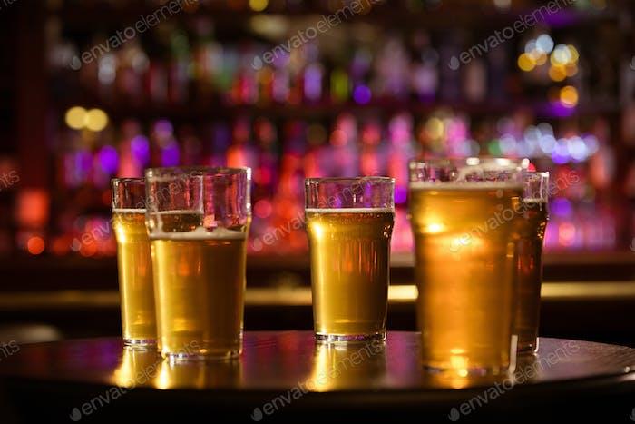 Gläser kaltes frisches weißes Licht Bier