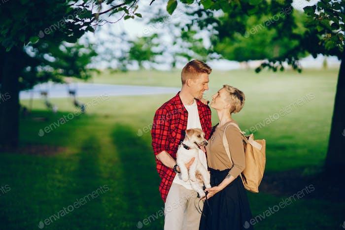 glückliches Paar mit Hund