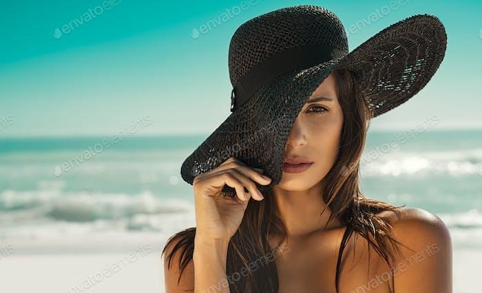 Mode Frau mit Strohhut am Strand