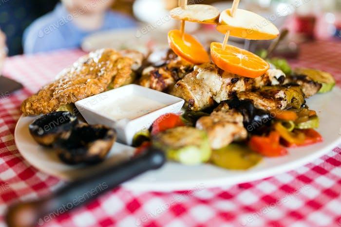 Gegrilltes Geflügelfleisch mit Gemüse