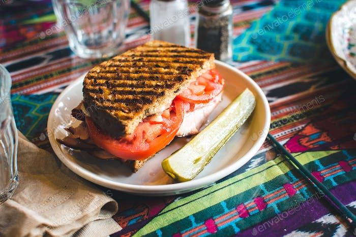 Geröstetes Sandwich mit Gurken