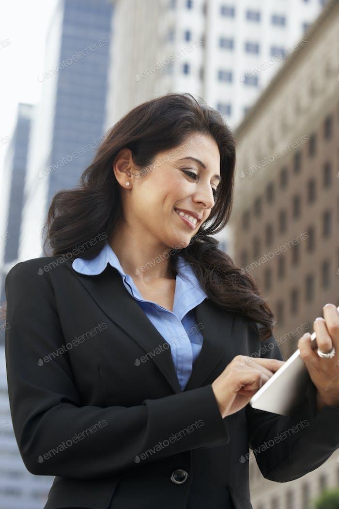 Geschäftsfrau Arbeiten auf Tablet-Computer außerhalb des Büros