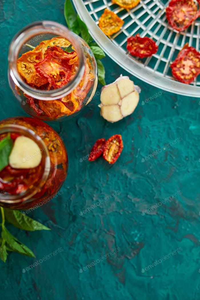 Hausgemachte sonnengetrocknete Tomaten mit Kräutern, Knoblauch in Olivenöl in einem Glas