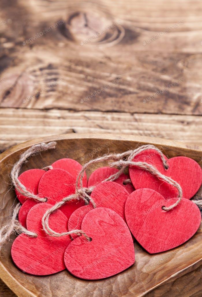 Liebeskonzept - Herzen in einem Retro-Teller