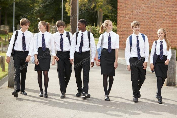 Gruppe von Teenager-Studenten in Uniform außerhalb der Schulgebäude