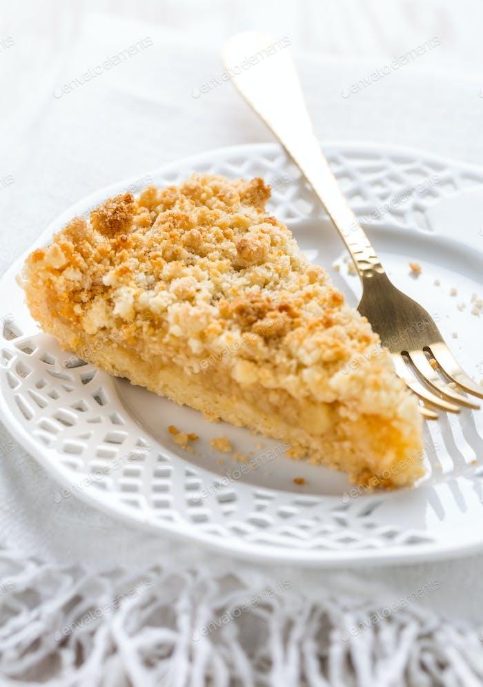 Stück hausgemachte leckere Apfelkuchen auf weißem Teller