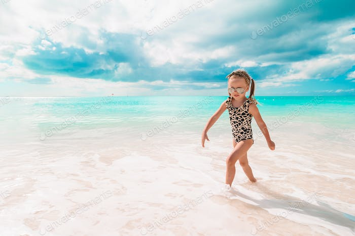 Aktive kleine Mädchen am Strand mit viel Spaß