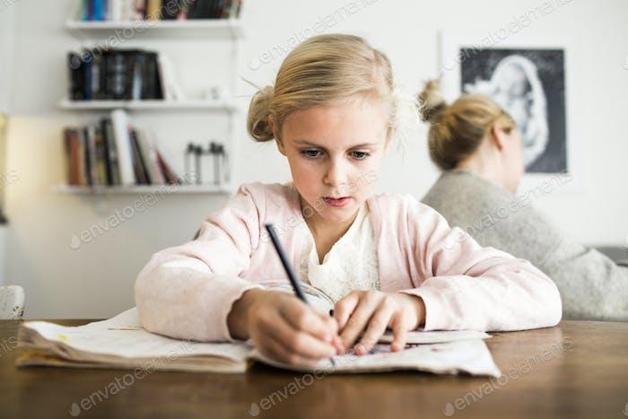 Chica haciendo deberes en el escritorio