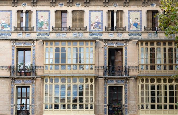 Fassade des Gebäudes mit einem Mosaikmuster