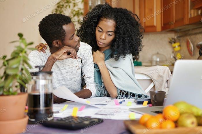 Menschen, Beziehungen, finanzieller Stress und wirtschaftliches Krisenkonzept. Junge bankrotte afrikanische männliche Tel