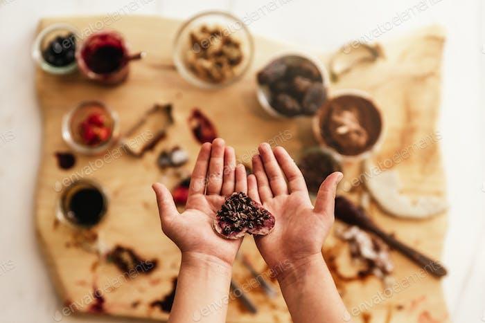 Nahaufnahme von Kinderhänden bereiten Backen von Keksen.