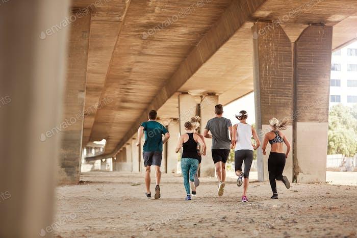 Gesunde junge Menschen, die zusammen laufen