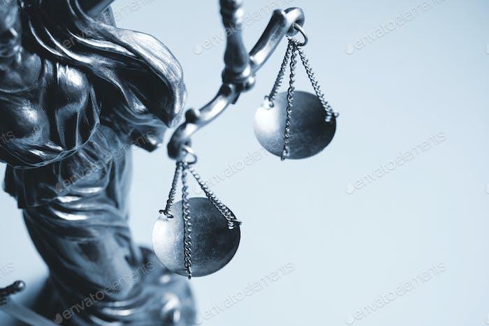 Graustufenbeschnittene Ansicht der Waage der Gerechtigkeit