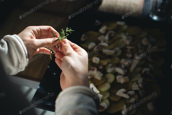 Verwendung von Rosmarin für geröstetes Gemüse