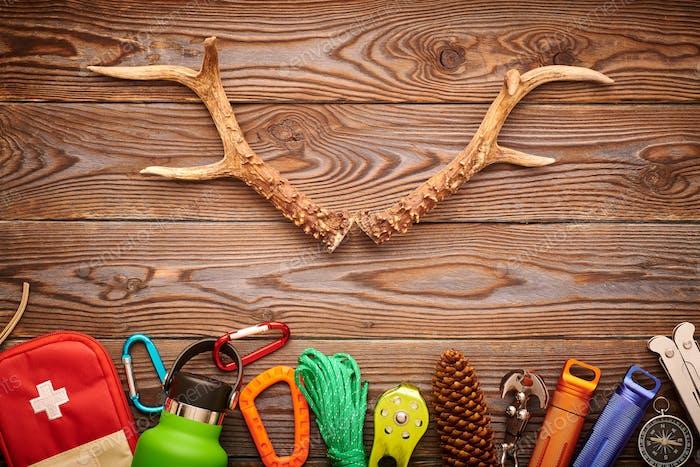 Reiseartikel zum Wandern über Holzhintergrund