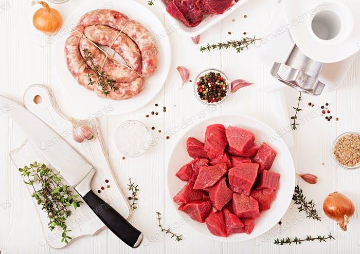 Chopped raw meat. The process of preparing forcemeat by means of a meat grinder.