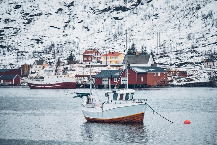 Schiff in Hamnoy Fischerdorf auf den Lofoten Inseln, Norwegen