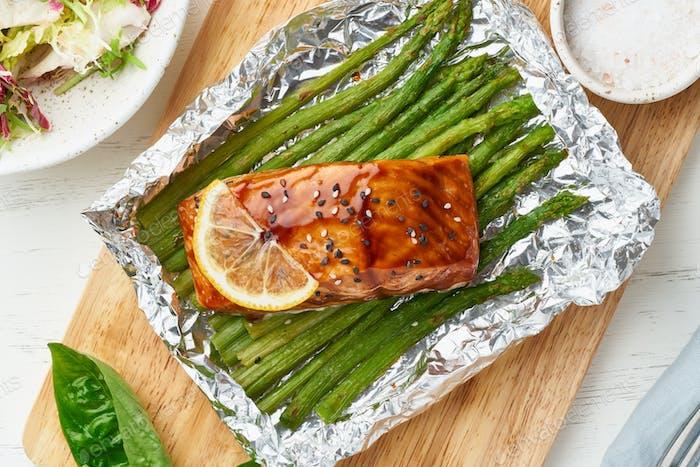 Фольга пакет ужин с красной рыбой. Филе лосося со спаржей. Горячий ужин в духовке