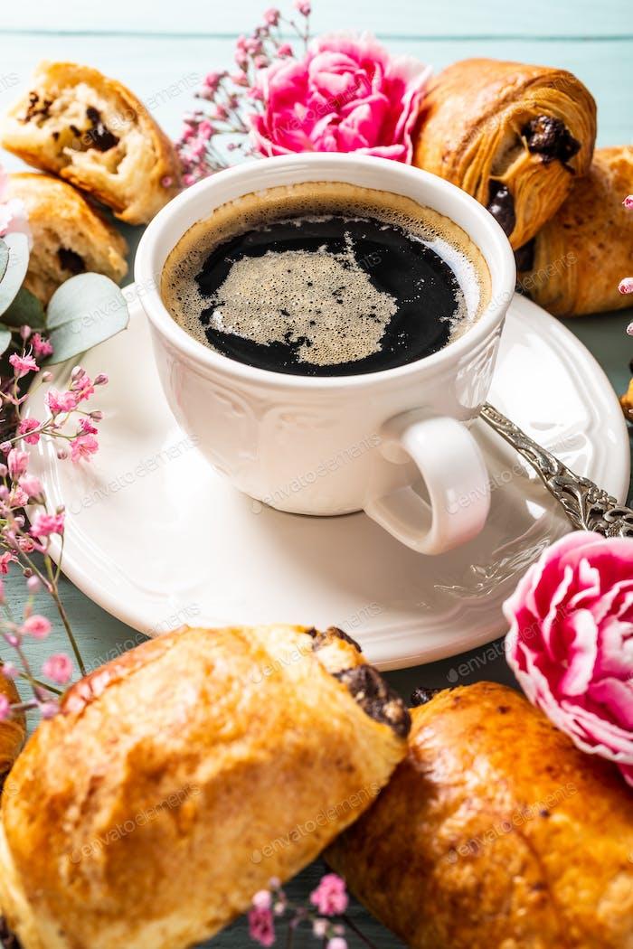 Mini frische Croissants Brötchen und Kaffee