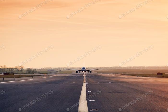 Verkehr am Flugplatz bei Sonnenuntergang