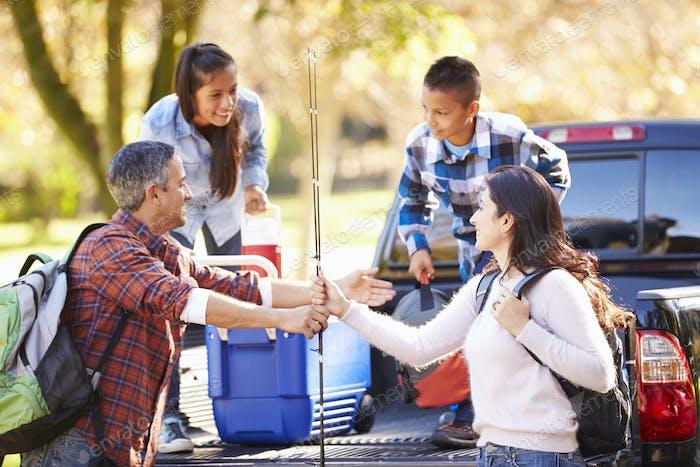 Familie Auspacken Pick-up LKW Auf Camping Urlaub