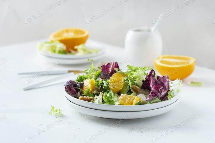 Salat mit Orangen und Walnuss