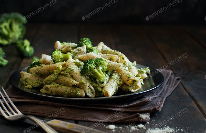Wholegrain Pasta with broccoli and walnuts cream