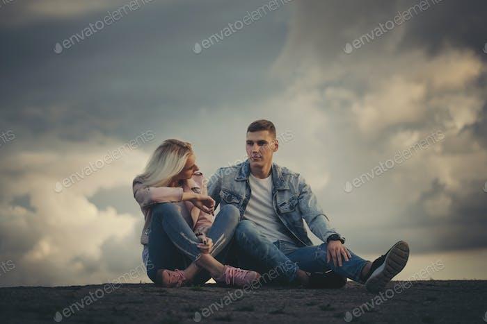 schön blonde Mädchen mit Freund