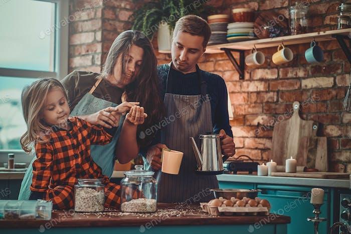 Retrato de uma pequena família na cozinha