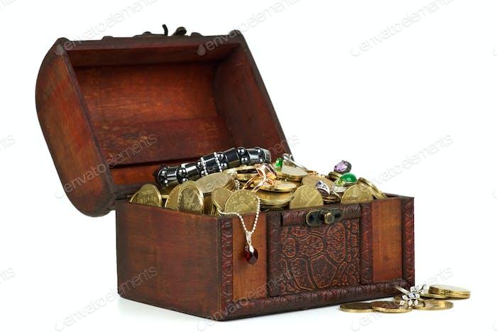 Schatz: Holztruhe mit goldenen Münzen, Edelsteinen, Ringe, z.B.