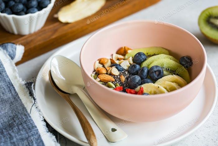 Joghurt mit frischen Früchten und Nuss
