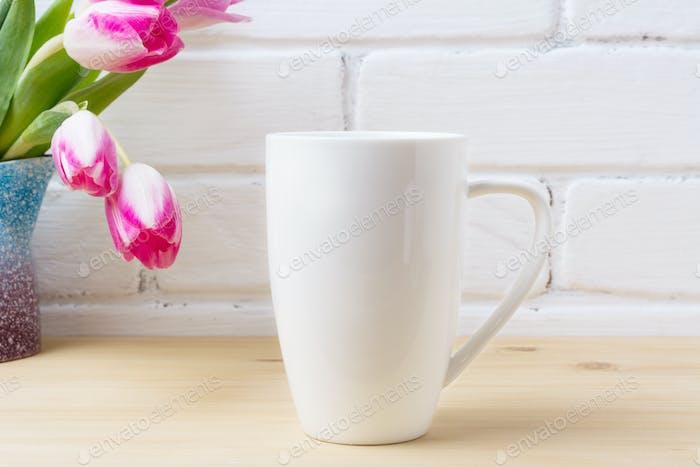 Weiße Kaffee-Cappuccinotasse Mockup mit Magenta rosa Tulpen