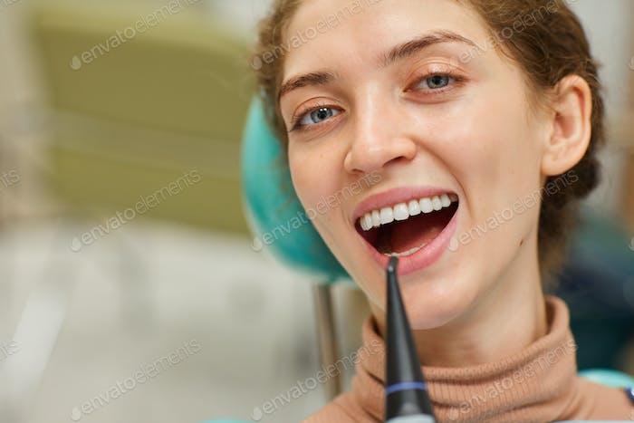 Patient macht Zahnhygiene