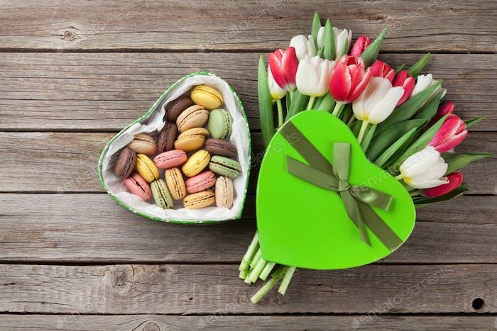 Bunte Tulpen Blumenstrauß und Makronen
