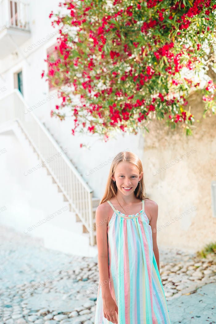 Liebenswert kleines Mädchen in Europäische Stadt im freien
