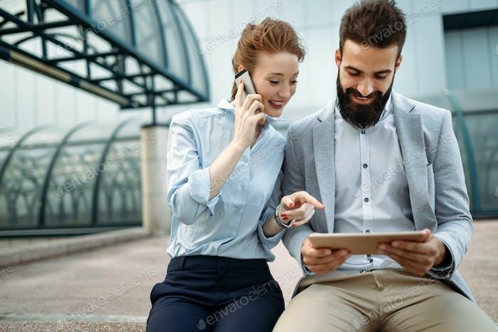 Geschäftsleute oder Geschäftsmann und Geschäftsfrau arbeiten im Freien