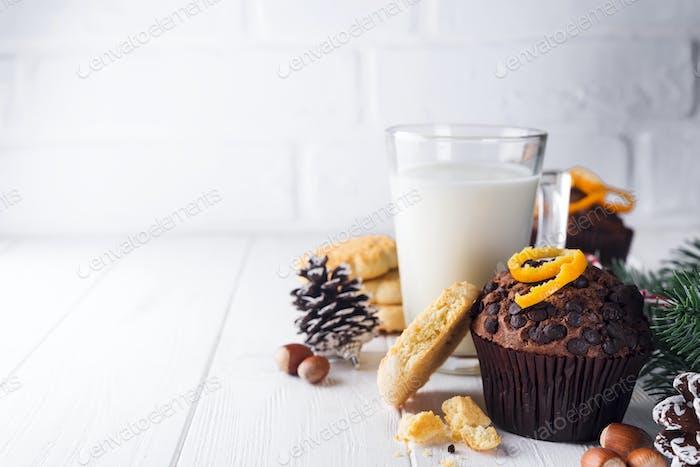 Frisch gebackene hausgemachte Schokoladenmuffins mit Krug mit Milch