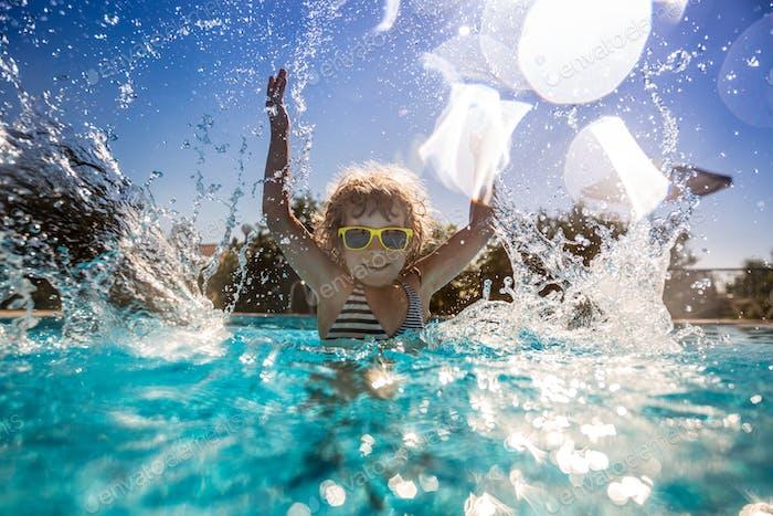 Kinder spielen im Schwimmbad