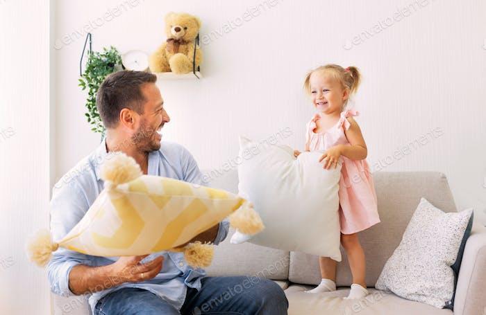 spielerische Familie mit einem Kissen Kampf zusammen