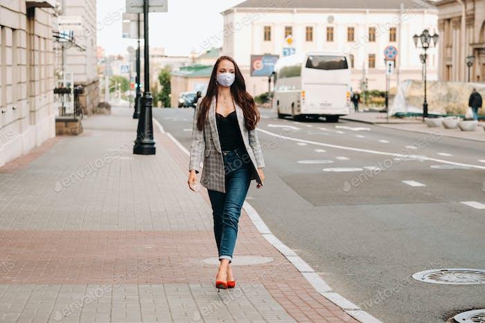 Covid-19 und Luftverschmutzung pm2.5 Konzept. Pandemie, Porträt einer jungen Frau, die Schutz trägt