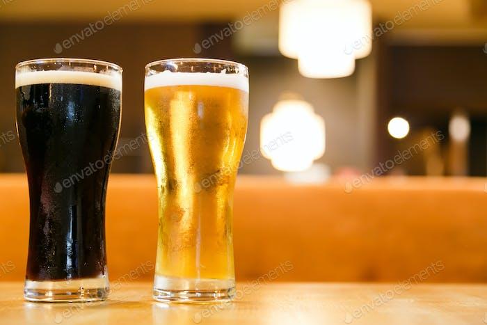 Zwei Gläser frisches kaltes Bier. Ein Glas dunkel und hell.