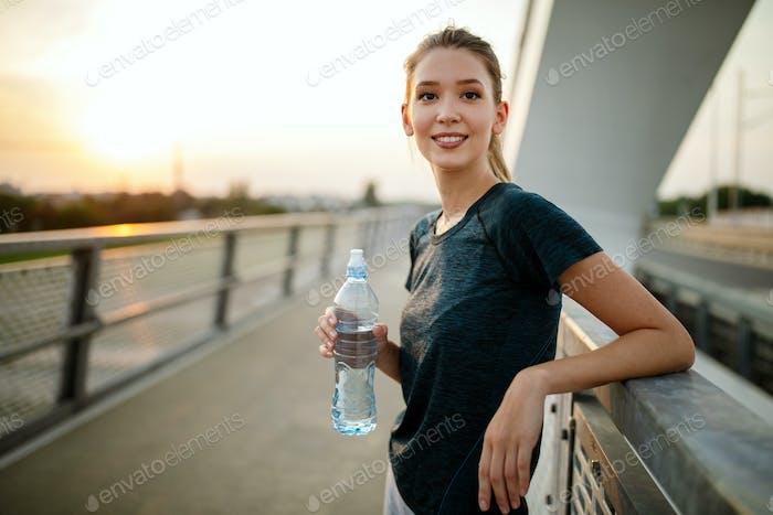 Concepto de deporte, salud, estilo de vida y ejercicio. Ajuste deportivo mujer running