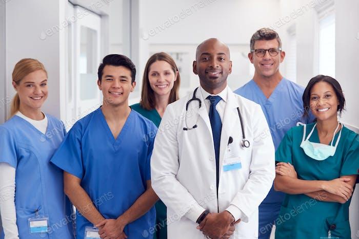 Porträt von Multi-Cultural Medical Team stehend im Krankenhaus Korridor