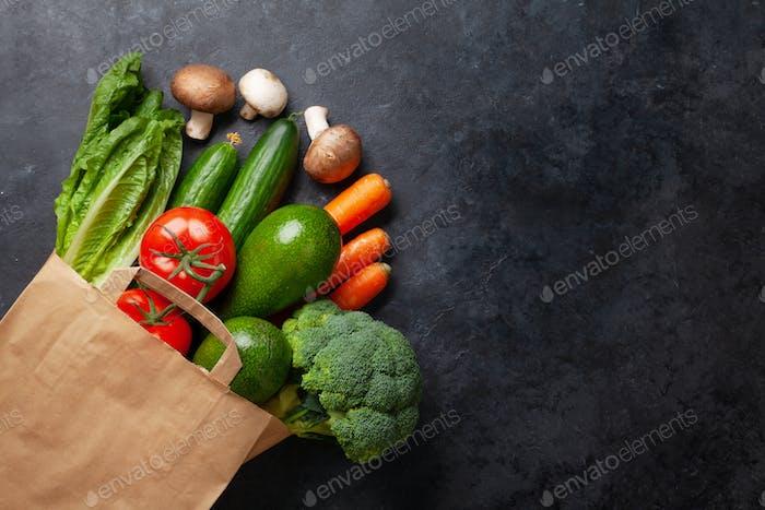 Diferentes alimentos en bolsa de papel reciclado