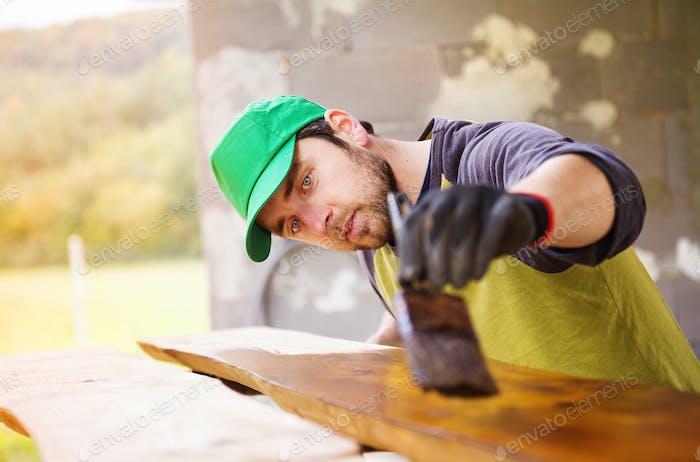 Handyman Holzbretter außen lackieren