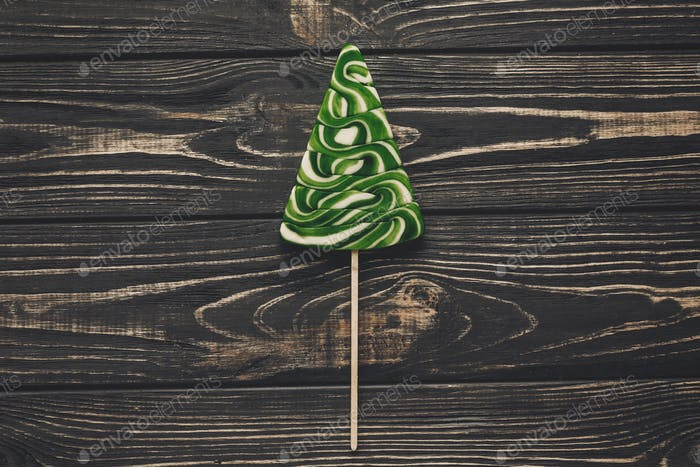Weihnachtsbaum Lutscher auf rustikalen hölzernen Hintergrund Draufsicht
