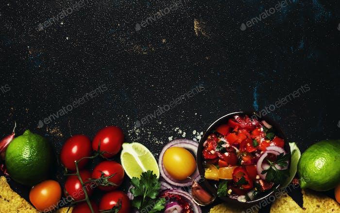 Corn Nachos und Guacamole-Sauce, Nahrungsmittelhintergrund, Draufsicht